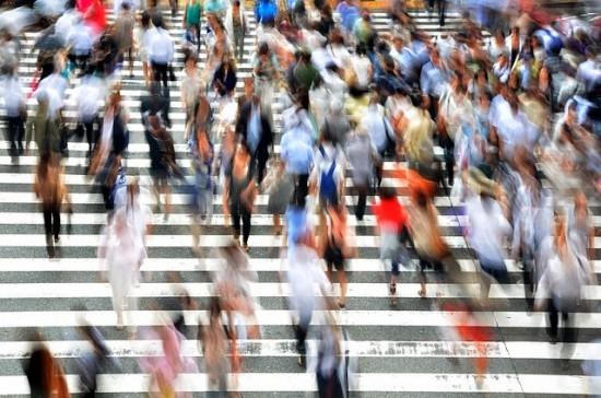 gente-cruzando-cera-prisa-ciudad