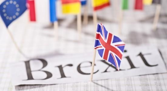 brexit-banderas-papeles-dreamstime